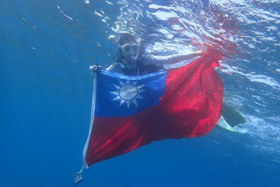 小琉球潛水業者李益利響應雙十國慶,讓遊客體驗在海底世界升旗的感動。圖/李益利提供
