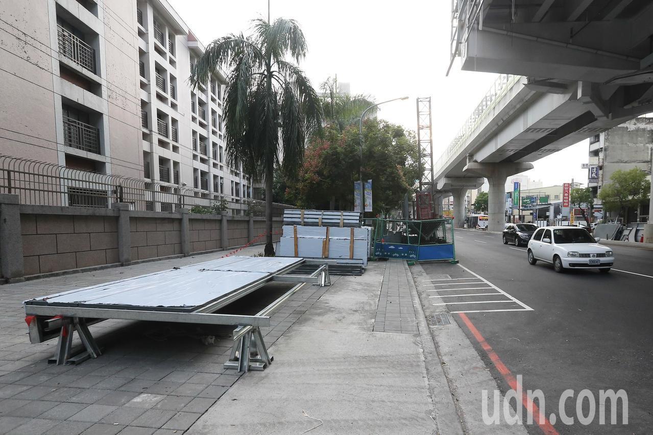 台中市文心路平完工,人行道仍像工地現場,引發疑慮。記者黃仲裕/攝影