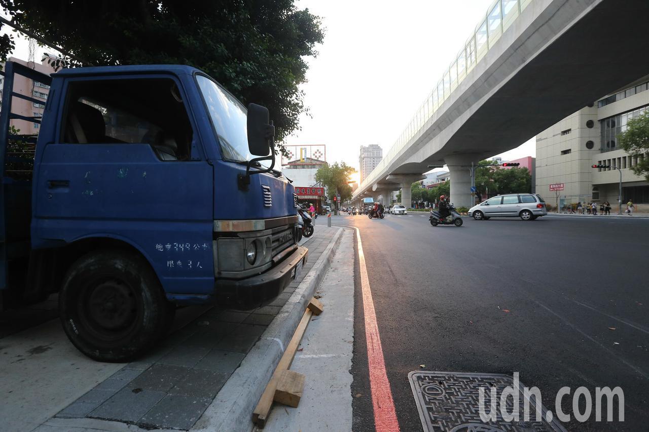 台中市文心路平完工,人行道仍被隨意停車。交通局表示,已開始取締。記者黃仲裕/攝影