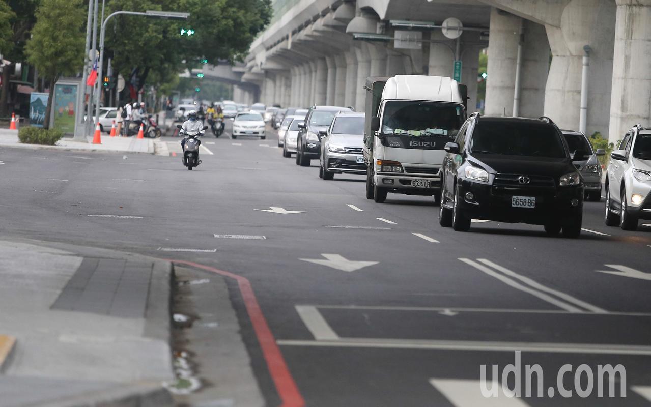 台中市長林佳龍10月初宣佈,文心路「汰管、人本步道、路平」三合一工程完工。記者黃...
