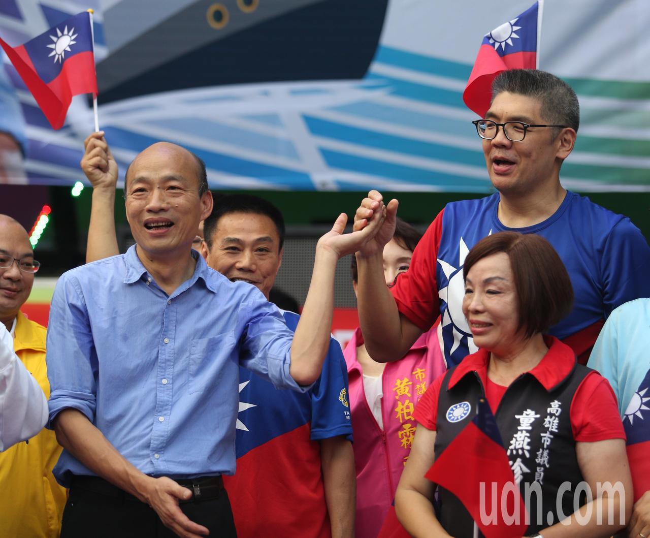 國民黨高雄市長參選人韓國瑜(左)舉辦三民之友會成立活動,連勝文(右)也從台北趕來...
