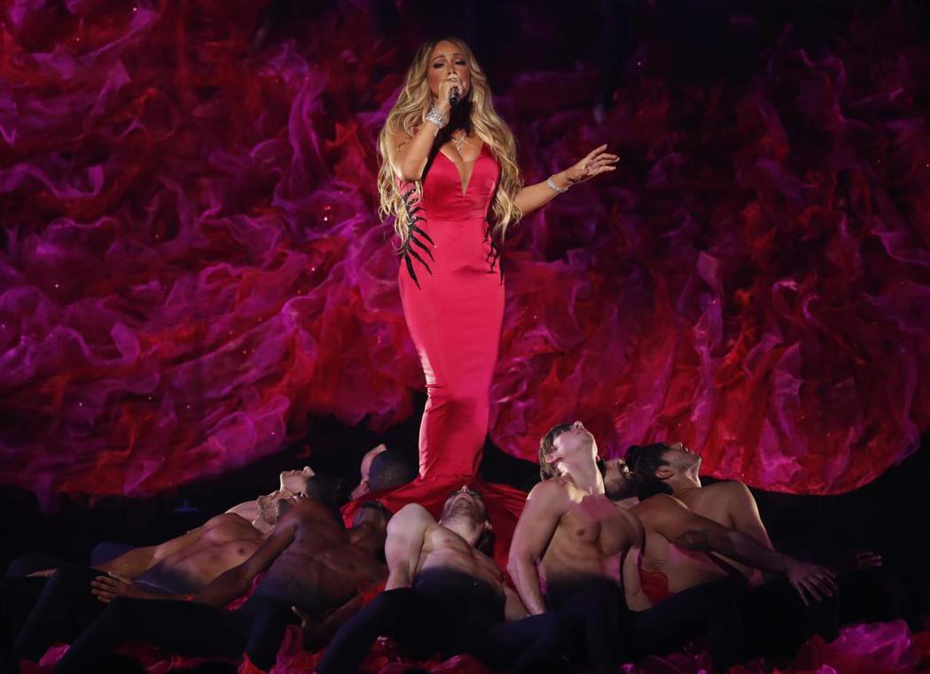 瑪麗亞凱莉演唱時的背景設計和舞者搭配的畫面非常搶眼。(路透)