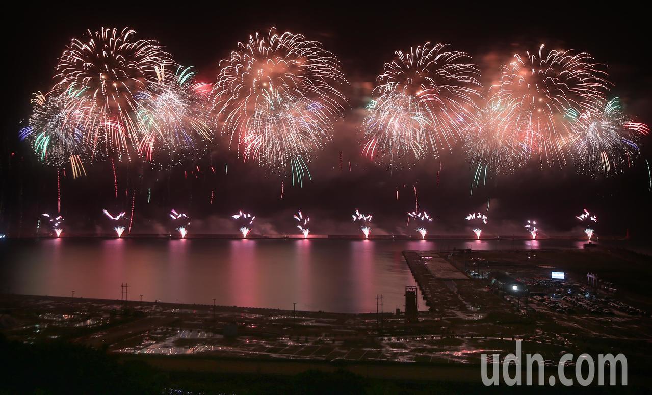 國慶焰火晚間在花蓮港施放,一開始焰火極美讓人驚嘆,但10多分鐘後就出包。記者陳正...