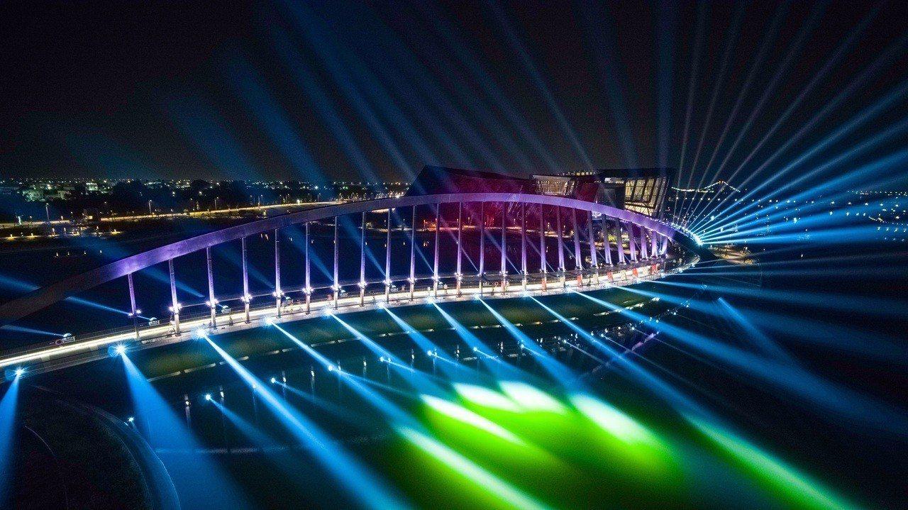 故宮南院藝術光雕秀,叫好叫座,今晚國慶夜,吸引許多民眾及攝影愛好者觀賞及拍照,經...