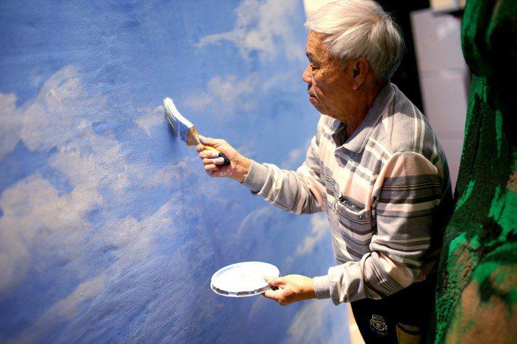 台灣彩繪藝術家邱瑞金在上海發表會現場,以變電箱的圖樣為基礎作畫。圖/ANGUS ...