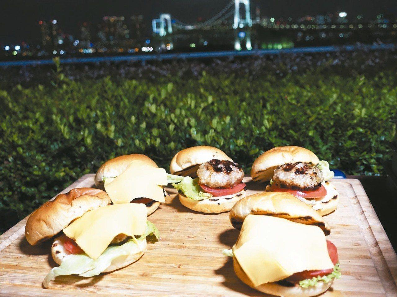 現烤美式漢堡,肉質細緻多汁。 記者張芳瑜/攝影