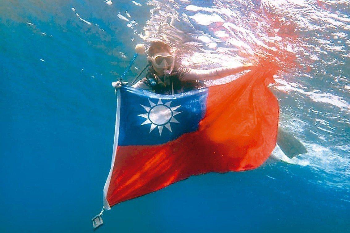 小琉球潛水業者李益利響應雙十國慶,讓遊客體驗在海底世界升旗的感動。 圖/李益利提...