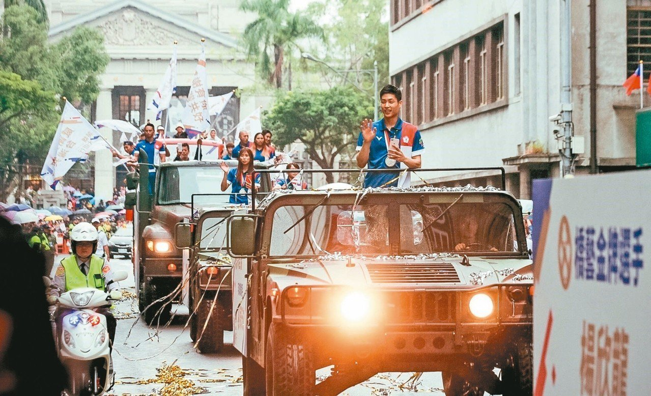 周天成現身亞運英雄暨雙十國慶花車遊行。 圖/中華文化總會提供