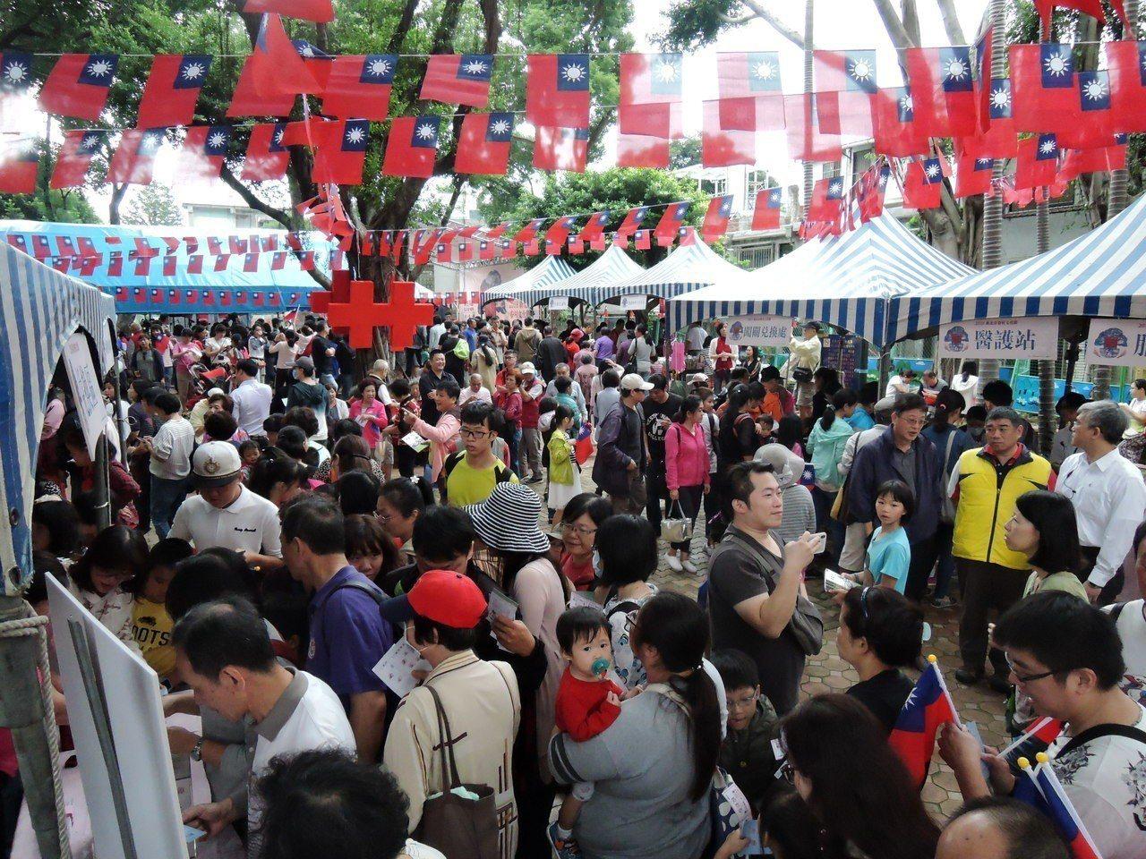 新北市眷村文化節昨天在三重光興公園舉行,現場人潮熱烈。記者陳珮琦/攝影