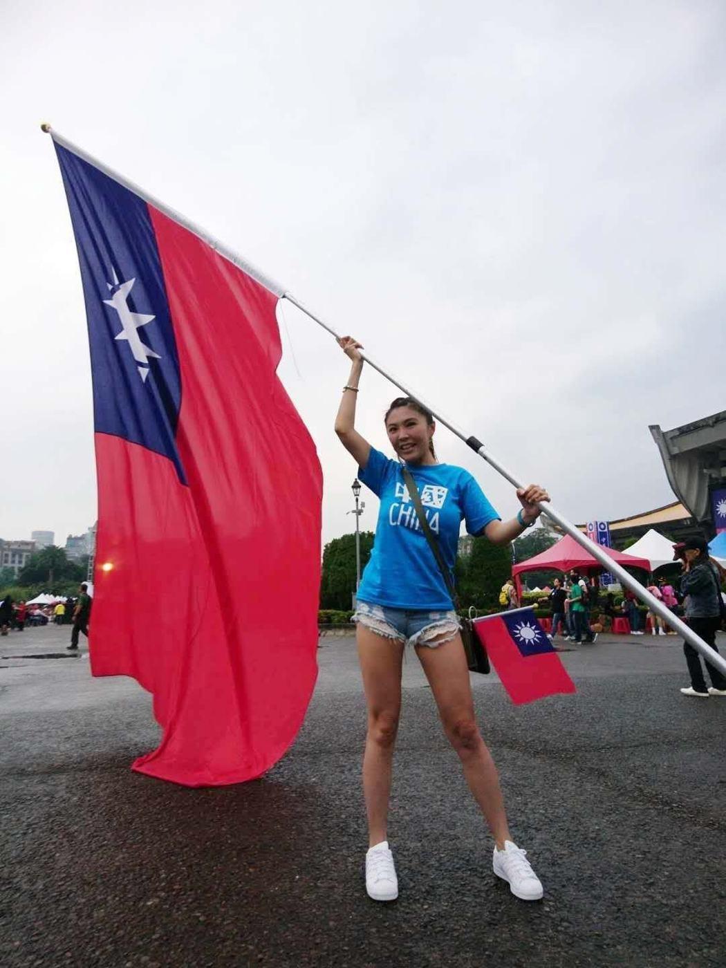 劉樂妍返台參加雙十國慶,手拿台灣青天白日滿地紅的國旗揮舞 圖/擷自劉樂妍臉書