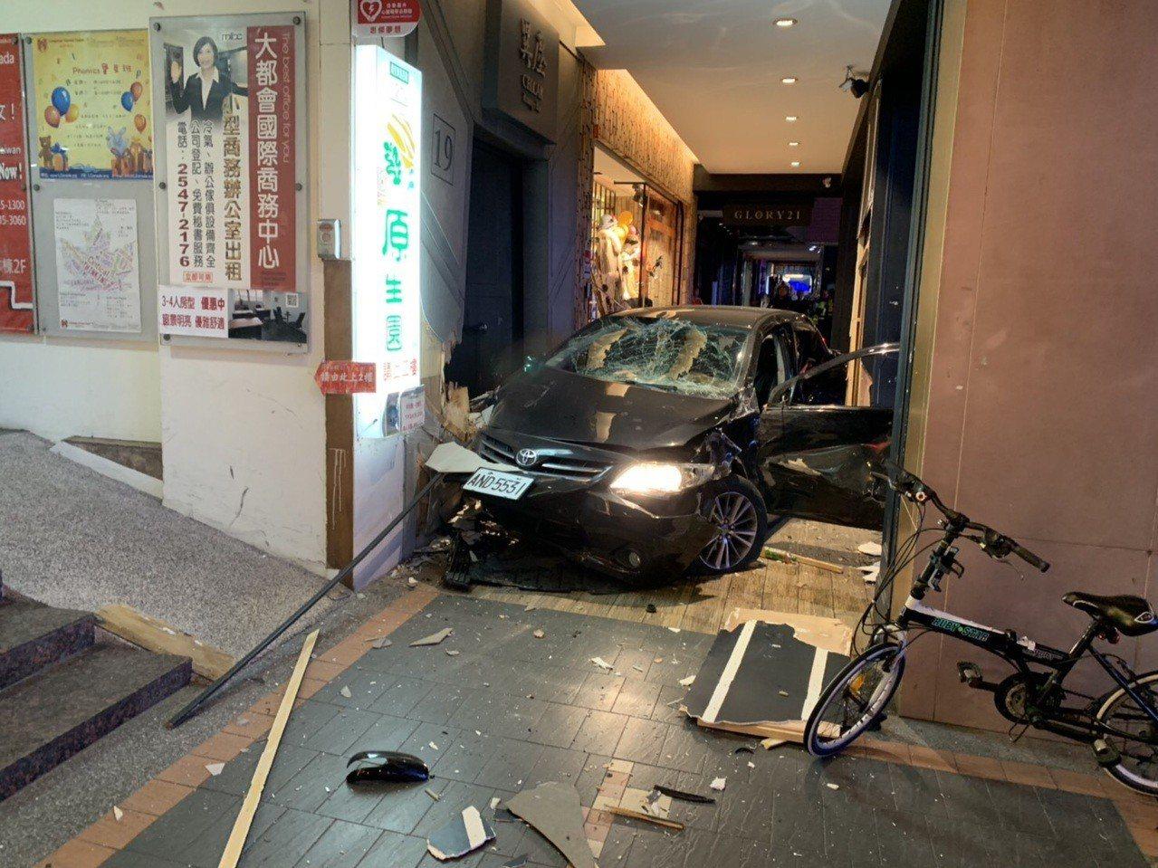 北市松山區發生轎車衝撞3台機車,造成3人失去呼吸心跳事故。記者李承穎/翻攝