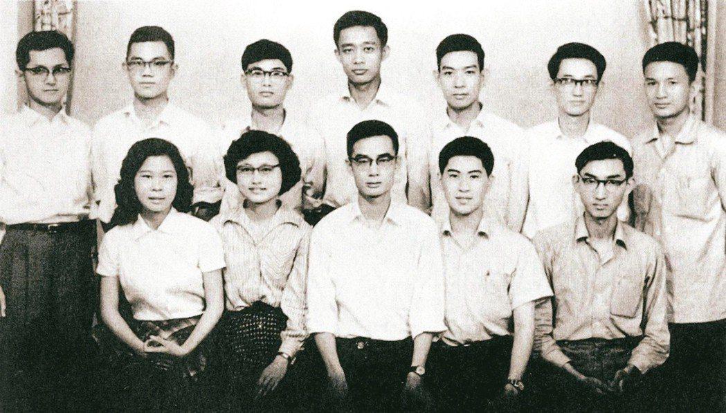 1960年5月《現代文學》創刊時編輯委員合影。前排左起:陳若曦、歐陽子、劉紹銘、...