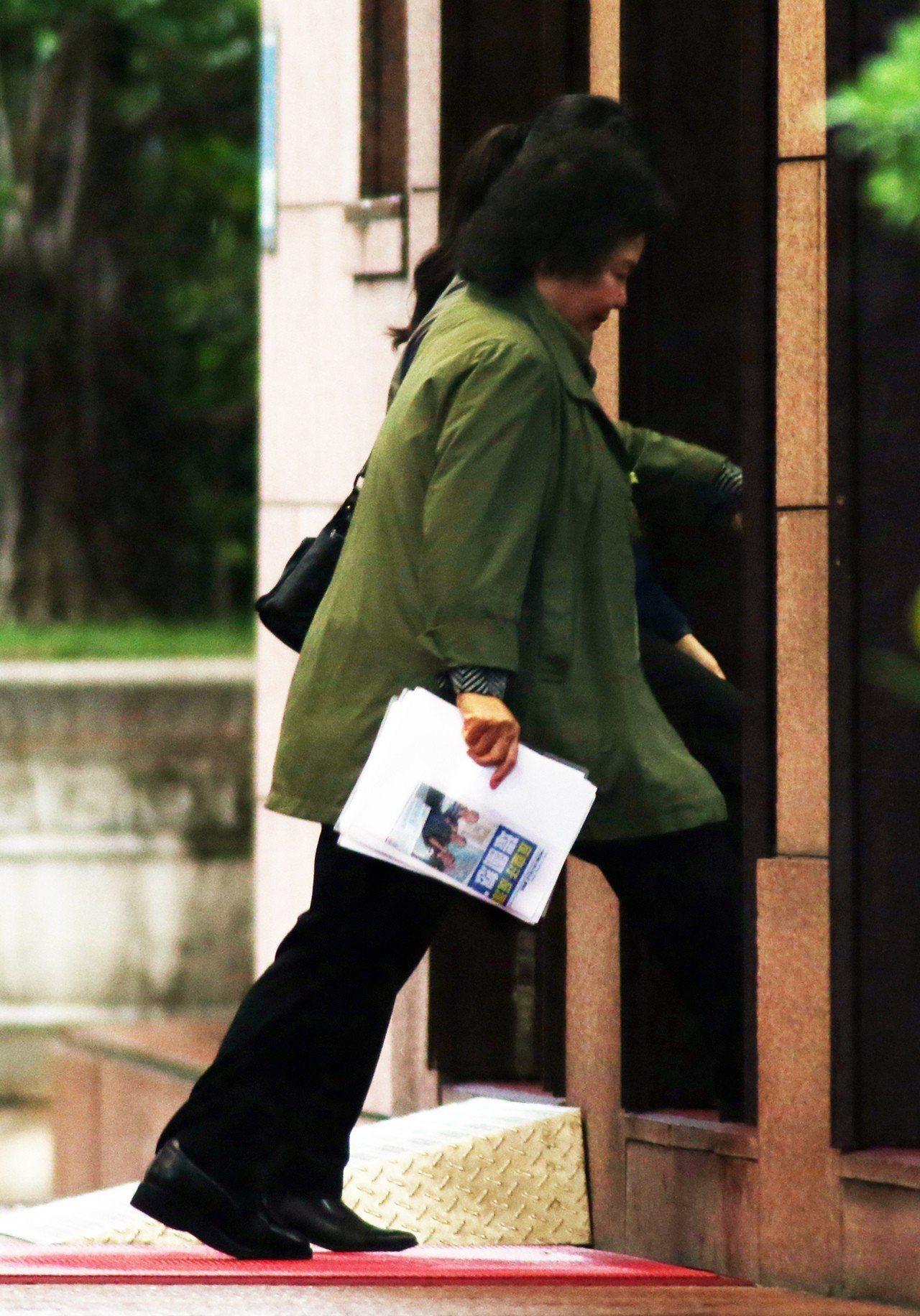 台股大跌,行政院副院長施俊吉昨天下午召集中央銀行、金管會、財政部等相關財金單位召...