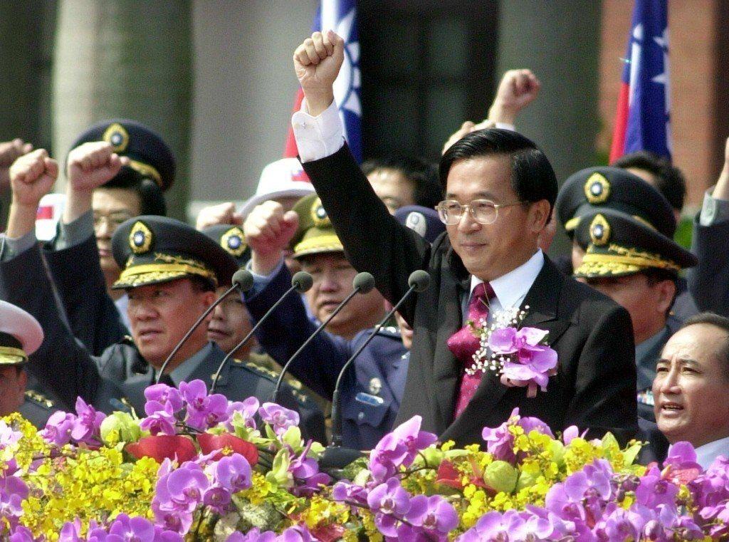 2001年,總統陳水扁(前)在國慶大會上,帶領民眾高呼「中華民國萬歲」。 圖/聯...