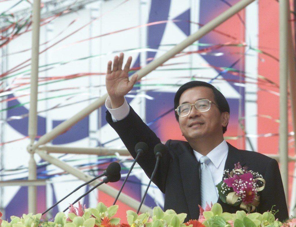2002年,總統陳水扁主持國慶大會時,呼籲大陸當局應撤除部署在海峽對岸的四百枚飛...