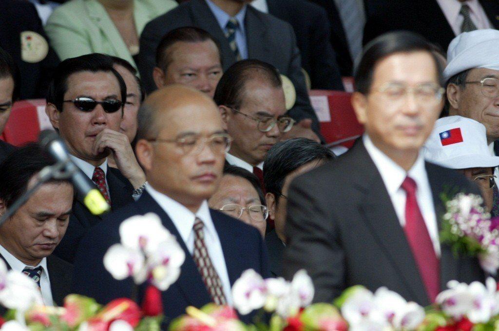2004年雙十國慶大會,時任台北市長的馬英九(左一)在聆聽總統陳水扁演說時,以左...