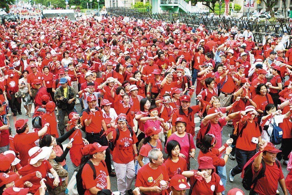 2006年雙十國慶,上午9時59分,在扁即將致詞時,參與「天下圍攻」的紅衫軍高喊...