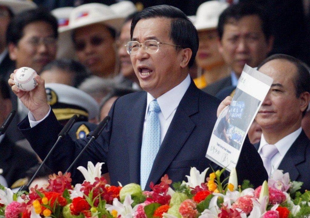 2006年,總統陳水扁在國慶大典致詞時,拿出旅美棒球投手王建民的簽名球與照片,高...