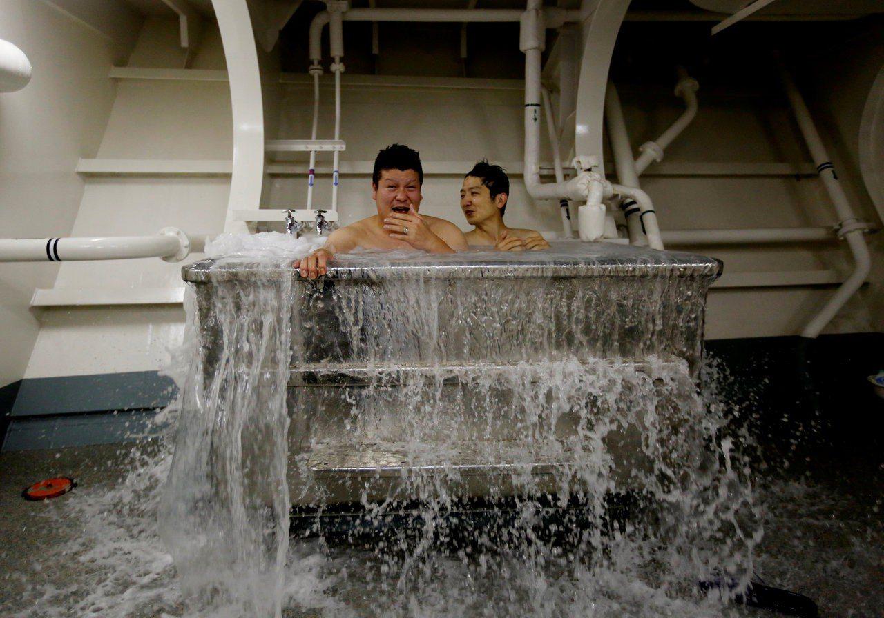 艦上官兵在不鏽鋼浴池中泡海水浴放鬆。 (路透)