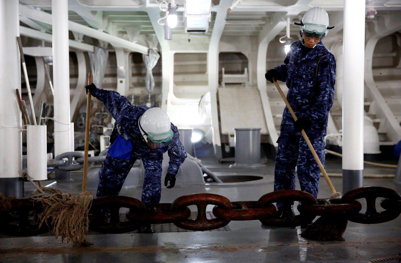 兩名船員清理錨鏈。 (路透)