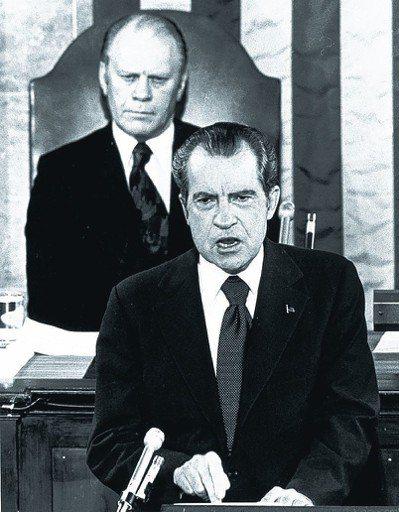 福特(後)回憶錄談尼克森(前)的水門案,出版前夕爆發侵權爭議。圖為尼克森1974...