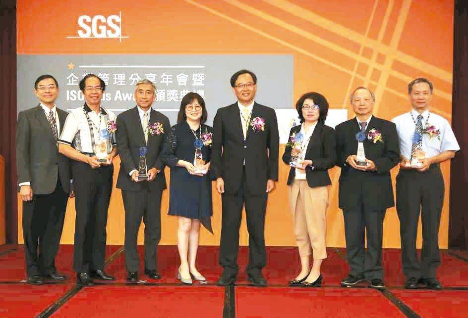 SGS台灣檢驗科技公司資深副總裁黃世忠(右四)與ISO 9001 Plus Aw...