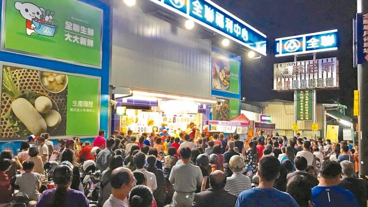 全聯推雙十購物節,南投南陽店昨日擠滿搶購人潮。 全聯/提供