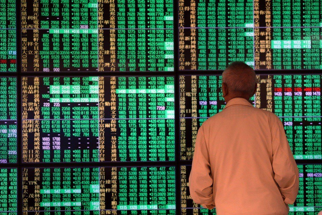 今日台股加權指數早盤重挫逾500點,正式摜破萬點大關。記者杜建重/攝影