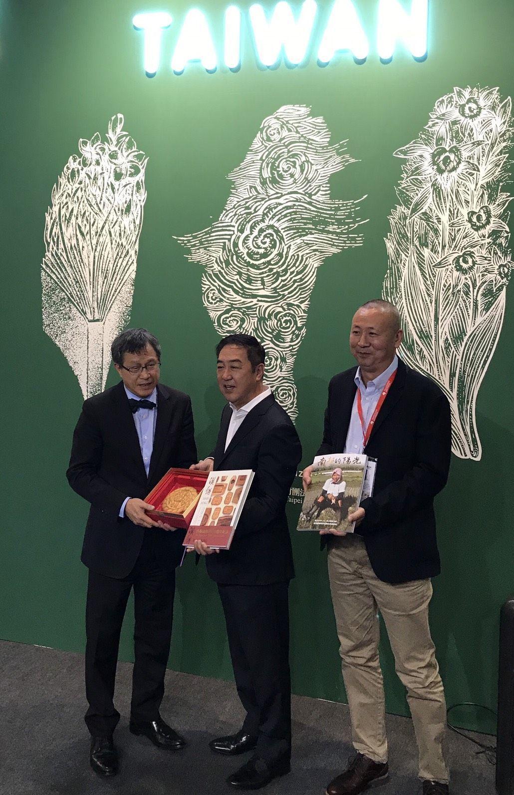 舊振南董事長李雄慶(中)把書跟漢餅贈給台灣駐德國辦事處謝志偉(左)大使。 圖/舊...