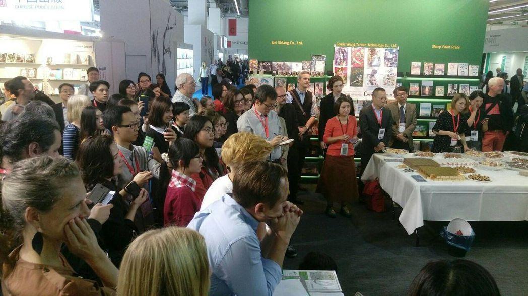台灣館開幕酒會現場吸引各國人士參與。 圖/舊振南提供