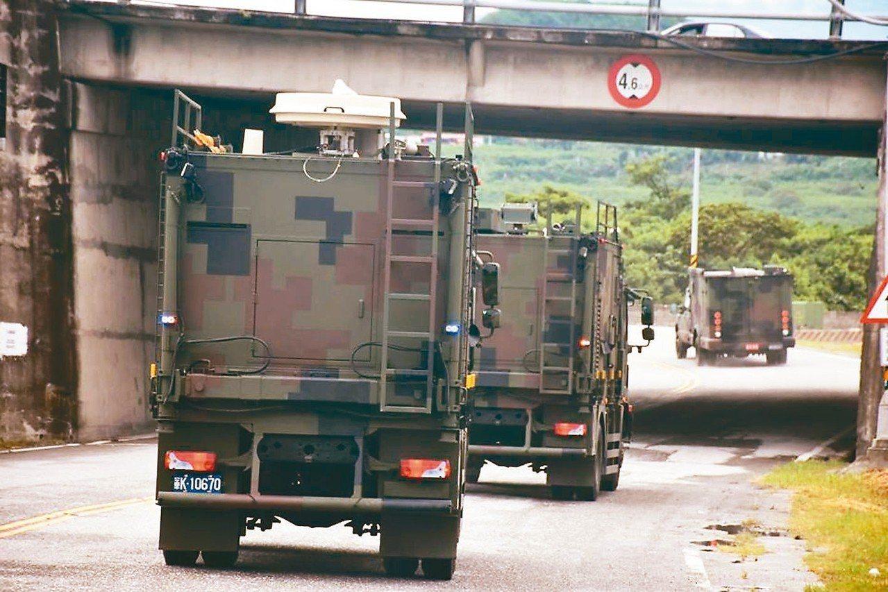 資通電軍指揮部的「北斗干擾車」系統由偵蒐車與干擾車組成,目前服役的都是叢林迷彩塗...