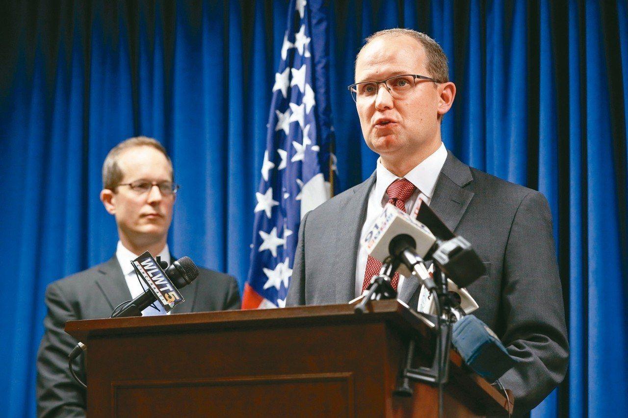 負責本案的美國聯邦調查局幹員史泰伯頓(右)和司法部官員舉行記者會說明。 美聯社