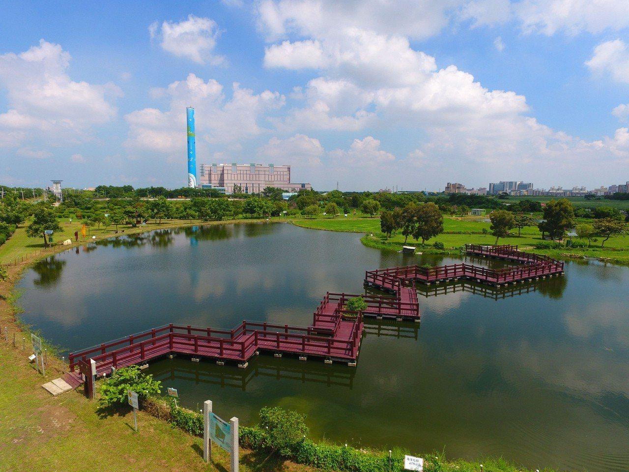位於嘉義縣焚化廠旁的荷苞嶼濕地公園,發現有台灣水雉築巢育雛,環保局13日將舉辦多...