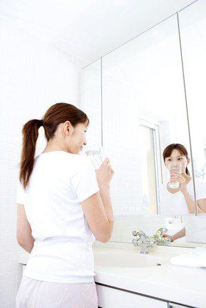 刷牙用的漱口杯若積聚黃垢會傷害健康。ingimage