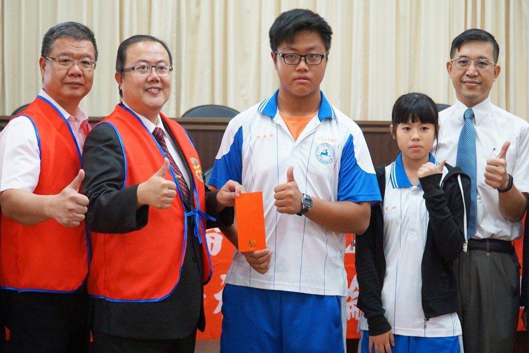 鹿港東區扶輪社社長楊曜聰(左二)親自頒發獎助金給學生 大葉大學/提供。