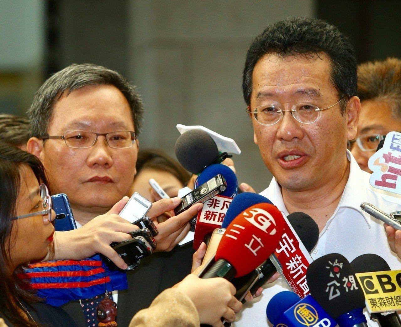 財政部長蘇建榮(左)與金管會主委顧立雄(右)上午在行政院會後接受訪問,顧立雄表示...