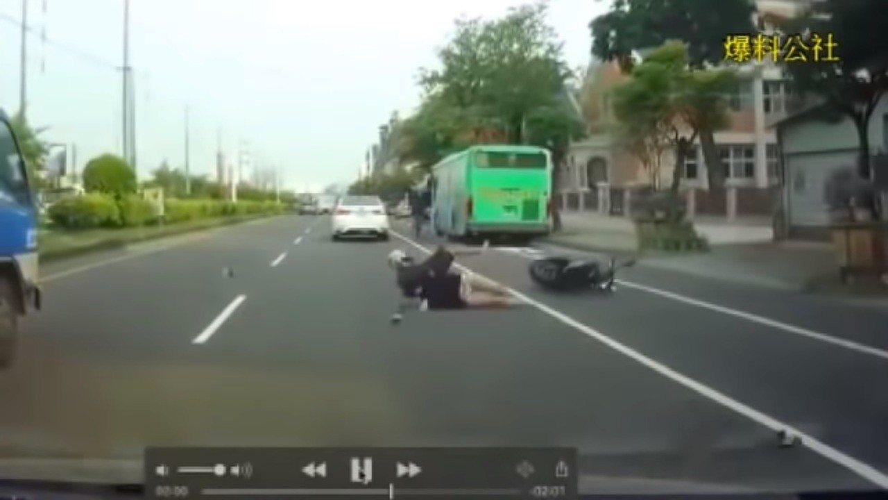 機車行經台中市霧峰區林森路段,遭後方白色轎車超車撞倒,在地上翻滾五圈。圖擷自爆料...