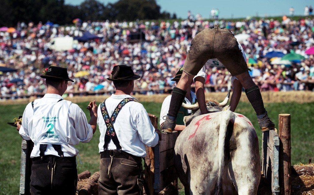 「傳統又囂張的巴伐利亞人(誤)。」圖為巴伐利亞明辛(Muensing)傳統的賽公...