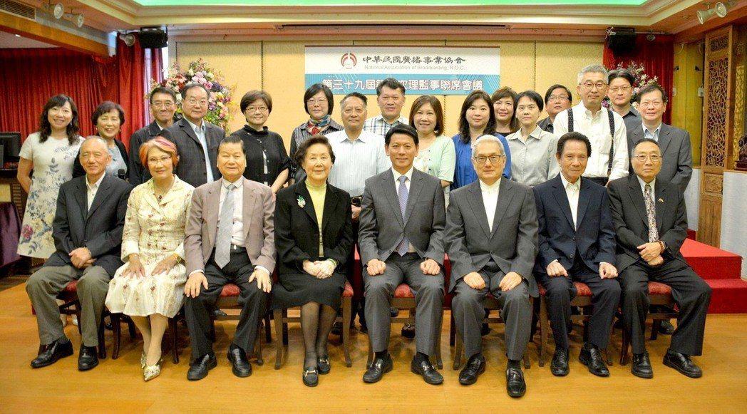 中華民國廣播事業協會第39屆理監事合影,右四為劉本善理事長。