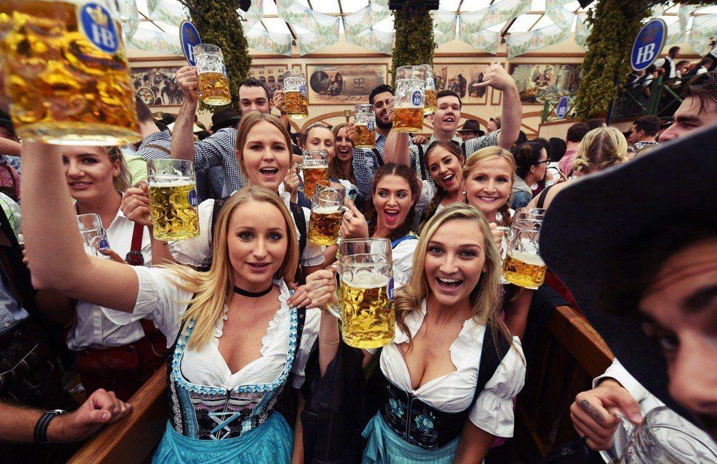 「乾杯(Prost)!」在部分外國人的印象中,慕尼黑啤酒節也變成全德國「放蕩玩樂...