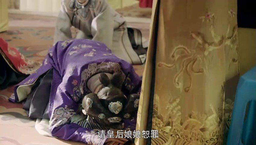 皇后娘娘背後的塑膠椅穿幫。
