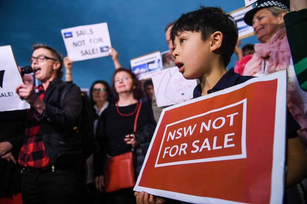 反對賽馬廣告的民眾手持標語:「新南威爾斯州(NSW)是非賣品!」 圖/歐新社