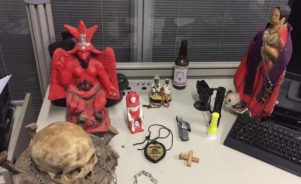警方近日破獲一間「戰慄屋」,發現一具頭骨做成的祭壇法器。圖擷自《每日郵報》