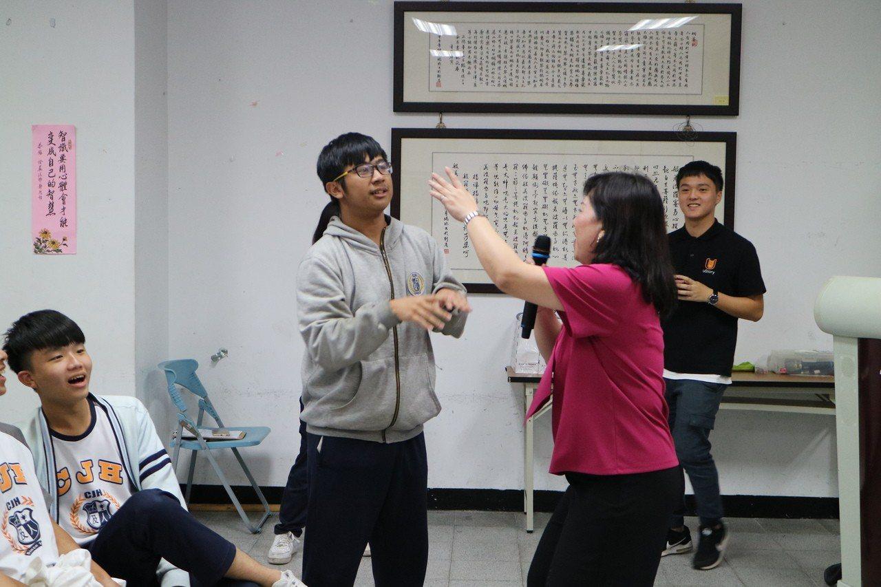 陳老師擅長的互動式教學方式與台下學生打成一片。有故事/攝影