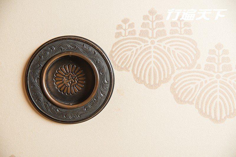 日本皇室家徽「裡菊紋」。  攝影|行遍天下
