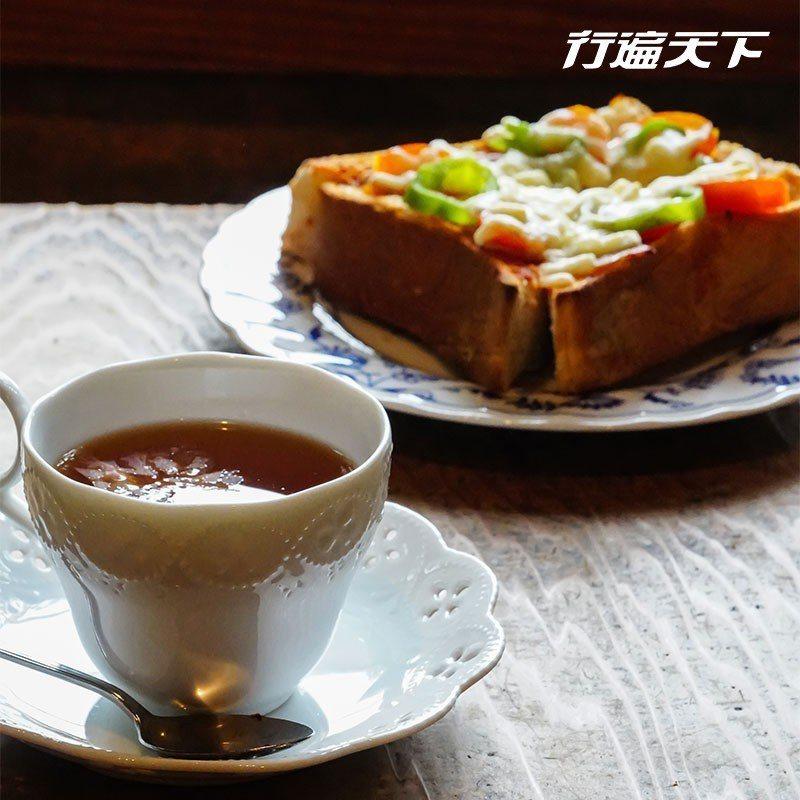 香氣四溢的尾道櫻之紅茶與美味小披薩。  攝影|行遍天下