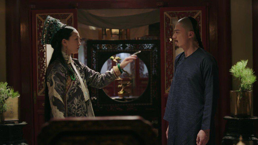 周迅(左)飾演的「如懿」皇后在皇帝霍建華面前斷髮。圖/截圖自愛奇藝台灣站