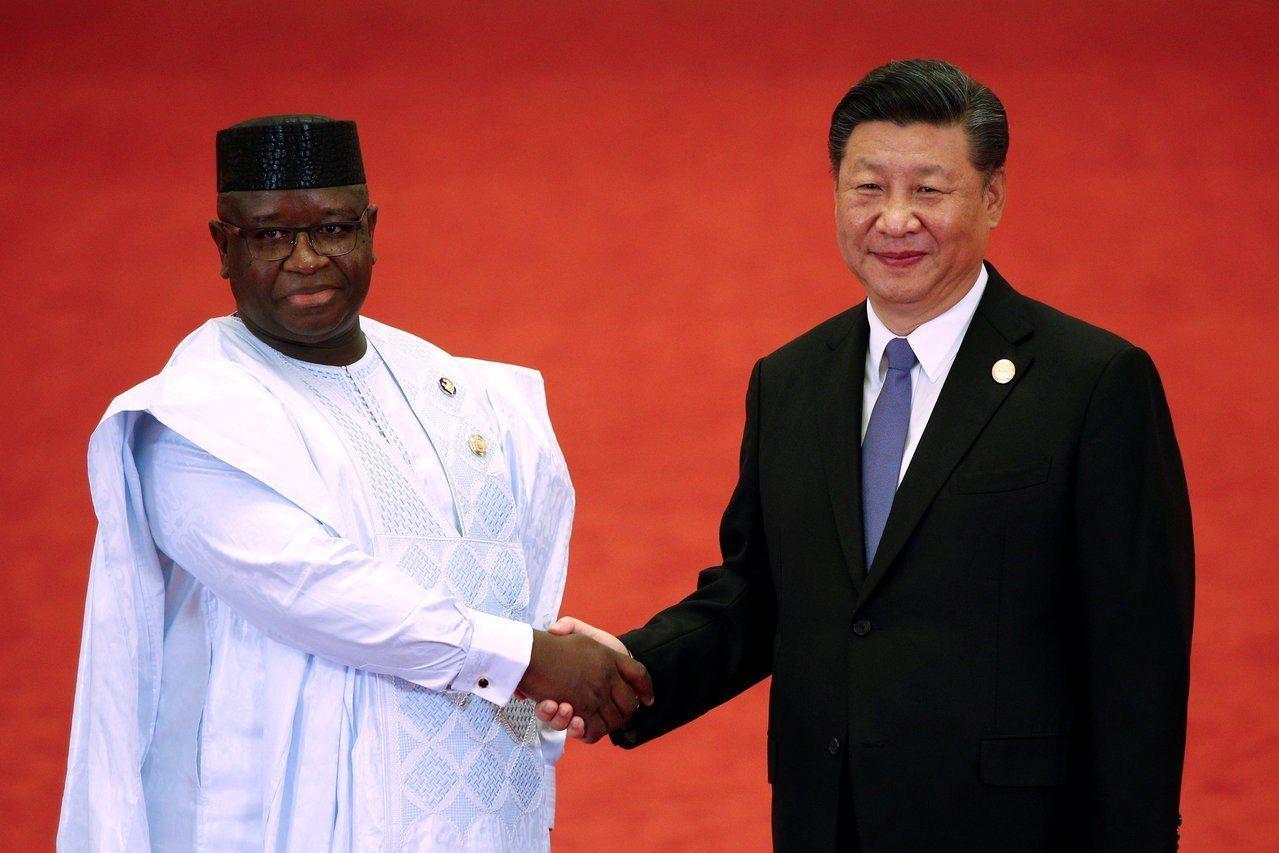 獅子山共和國總統比歐(左)取消4億美元的中資機場計畫,圖為比歐9月與中國國家主席...