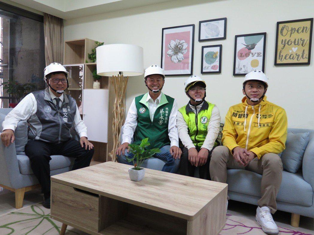 市長鄭文燦等人參觀中路二號樣品屋,此為三房型。記者張裕珍/攝影