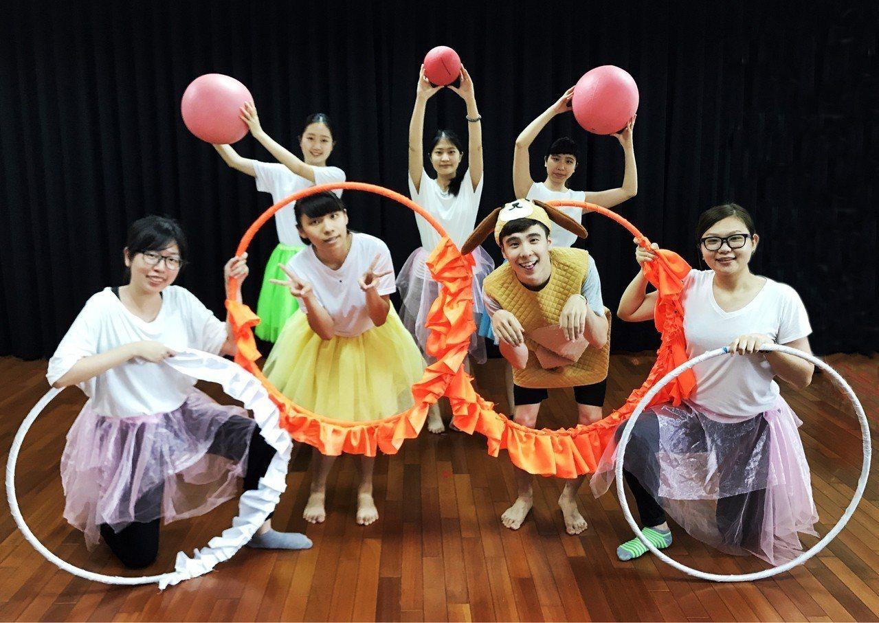清華大學幼兒劇以呼拉圈配合LED燈的光影變化表現穿越時空、星際旅遊的情境。圖/清...